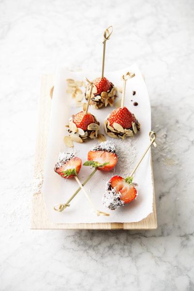 Foto van Aardbeien in pure chocolade met kokos en amandelen
