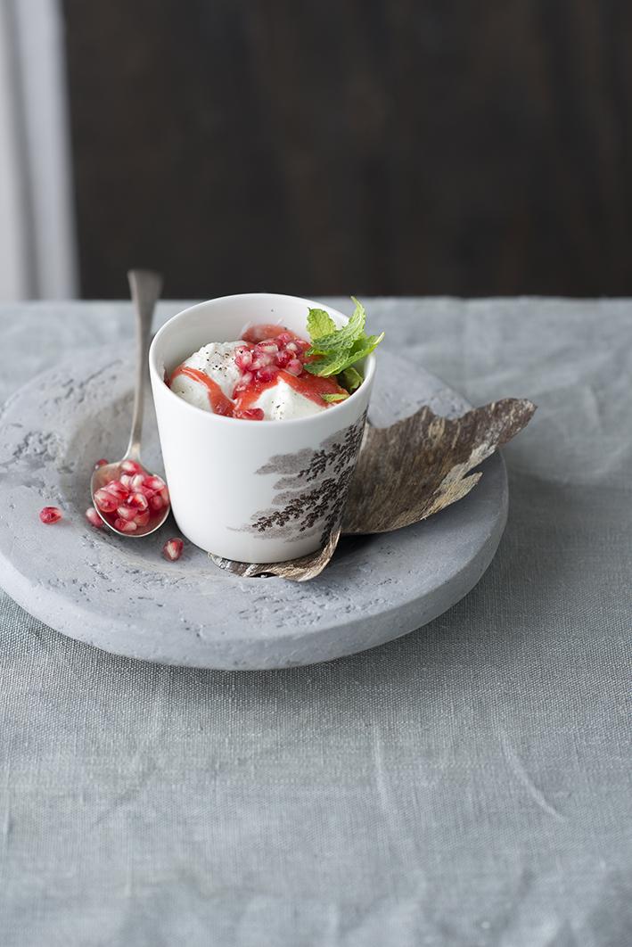 Foto van Aardbeiencoulis met Griekse yoghurt en granaatappelpitjes