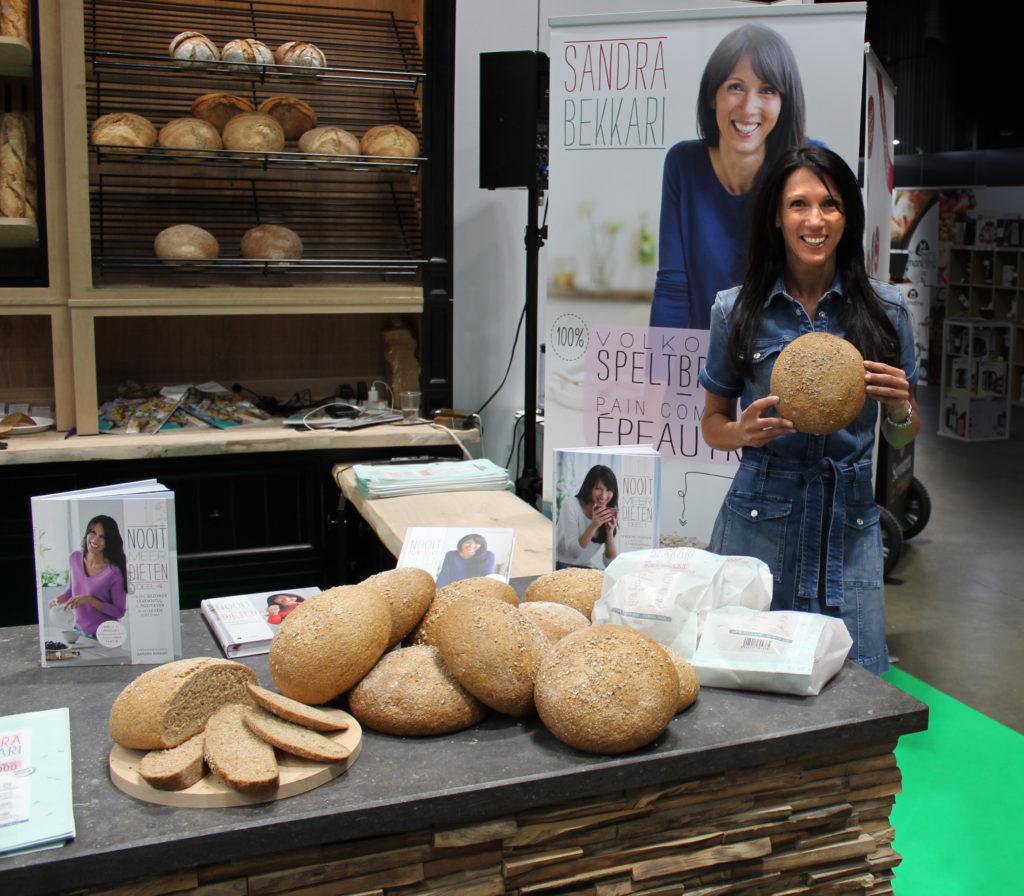 Foto van Sandra Bekkari brengt haar eigen brood op de markt