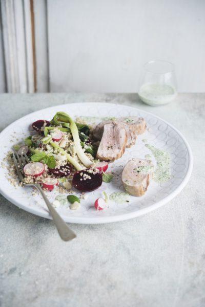 Foto van Varkenshaasje met een salade van radijs, rode biet, quinoa en muntpesto