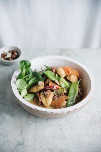 Foto van Gemarineerde kip met snijbonen, wortel, veldsla en hazelnoten